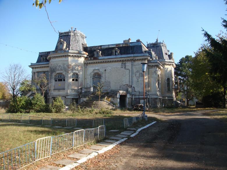 Casa Sofian, o ruină cu un proprietar de lux, folosită doar la fotografiile de nuntă