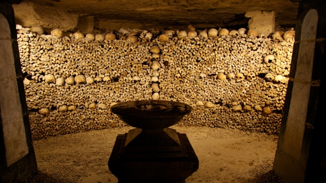 O destinaţie bizară – partea întunecată a oraşului luminilor: Catacombele Parisului