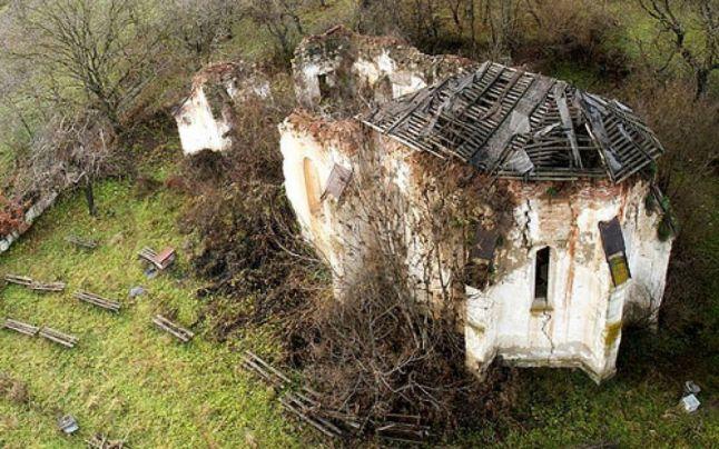 """Ruinele bisericii evanghelice din Jelna prezentate în Le Figaro drept: """"Bijuteria dintre buruieni"""""""