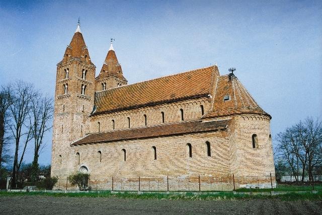 Povestea bisericii blestemate din Acâş, veche de 800 de ani