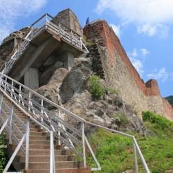 Cetatea-Poenari-asa-cum-se-vede-ea-de-pe-treptele-de-beton-1024x664