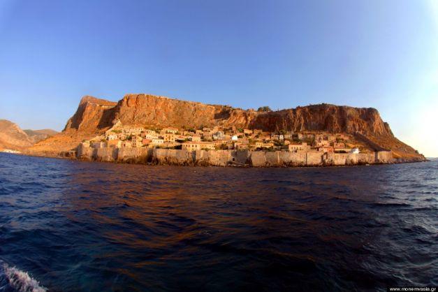 """""""Nava de piatră"""" din Grecia, una dintre cele mai frumoase insule din lume"""