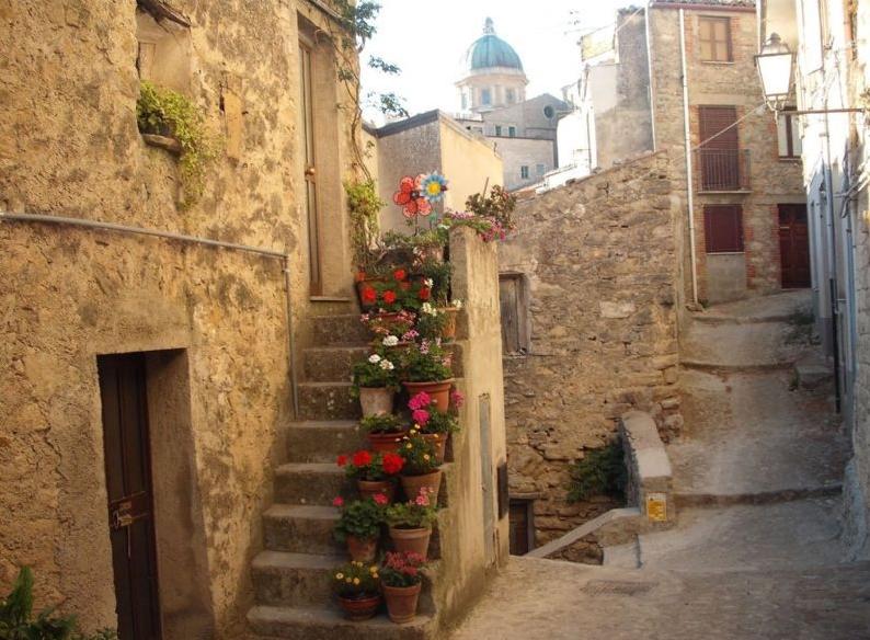 Un oraş sicilian oferă gratis case, cu o singură condiţie