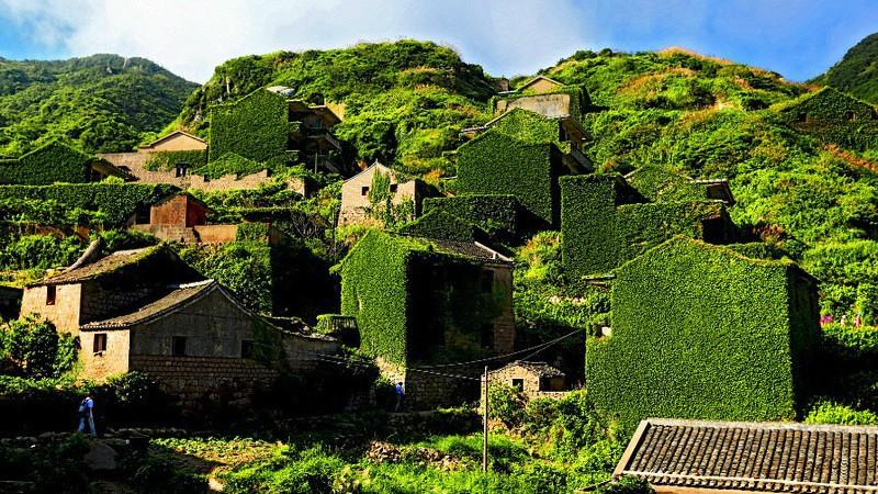 Cum a înghițit natura un întreg sat! Imaginile extraordinare, surprinse de un fotograf talentat