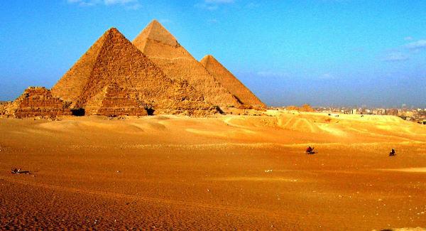 Revoltă în Egipt în urma unor poze indecente realizate în vârful Marii Piramide