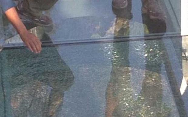 Podul de sticlă din China suspendat la o înălţime de 180 de metri a crăpat
