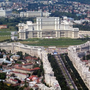 Bucurestiul a fost survolat, de citeva zile, in premiera de un Zeppelin, care a zburat pe deasupra mai multor capitale est-europene. In imagine, Palatul Parlamentului