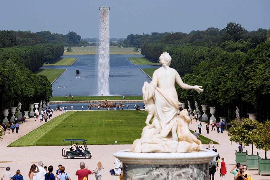 La Versailles, o cascadă izvorăște din cer