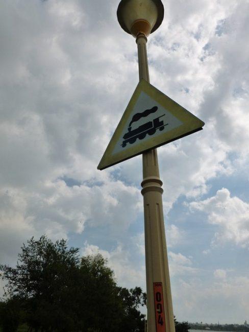 Stâlp de iluminat cu semn Atenție tren