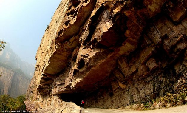 Un sat izolat pe o stâncă a devenit  atracţie turistică, din acest motiv a fost săpat un tunel în stâncă