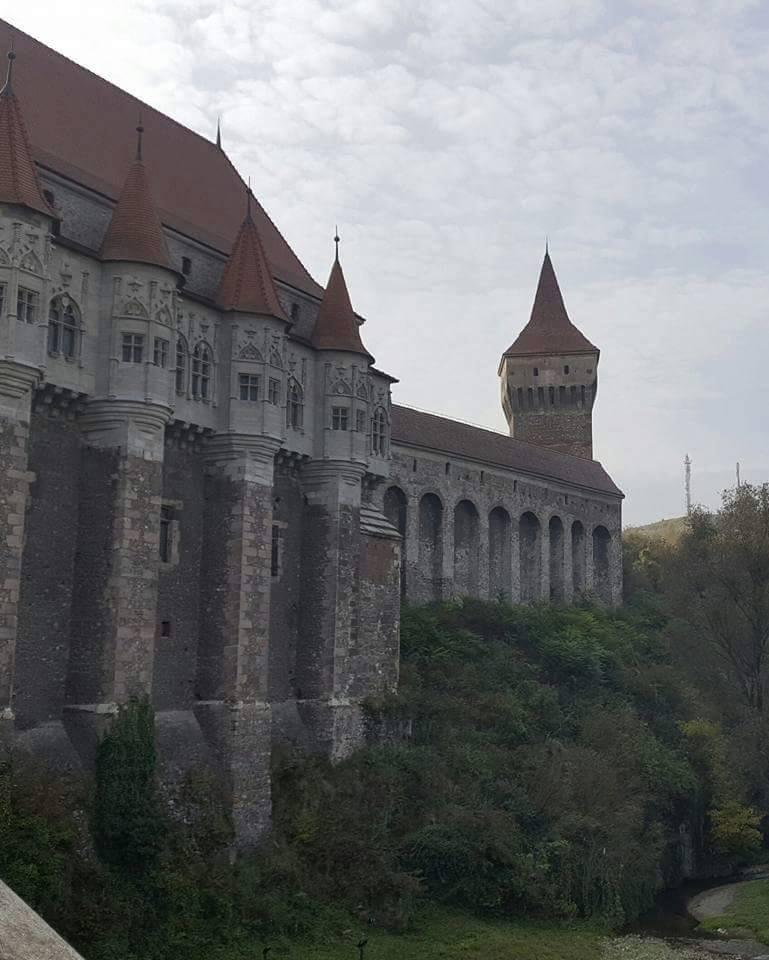 Castelul Corvinilor – Perla  Transilvaniei  (cel mai important monument de arhitectură gotică din România)