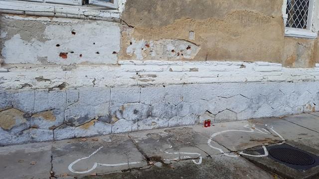 Urme de gloanțe pe peretele clădirii
