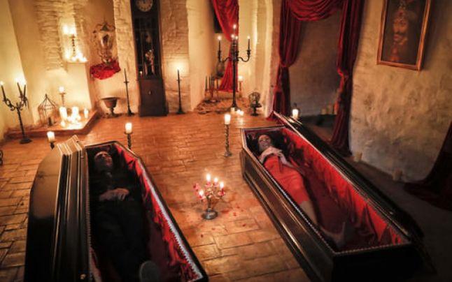 Doi canadieni au dormit în castelul lui Dracula, care nu a mai găzduit pe nimeni de 70 de ani