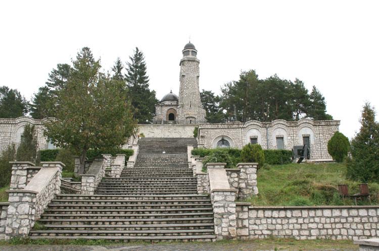 Mausoleul Eroilor de la Mateiaș, asaltat de spații comerciale