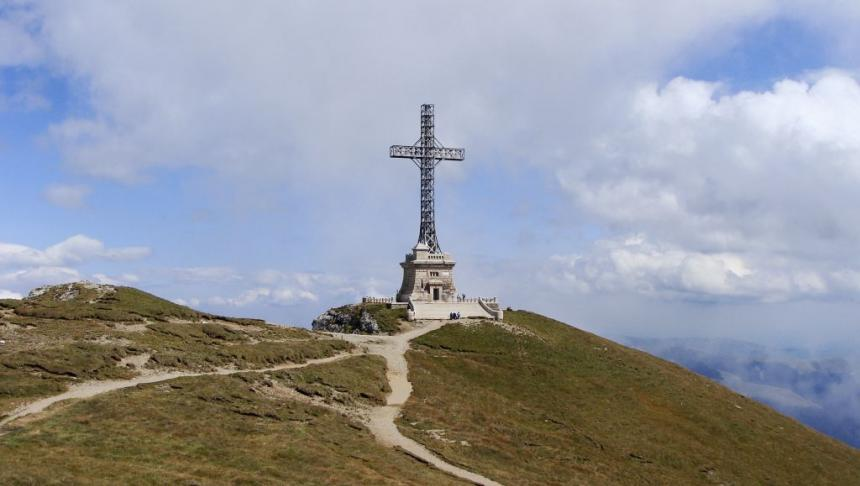 Parcul Natural Bucegi – unde se află și ce activități poți face. Trasee și obiective turistice