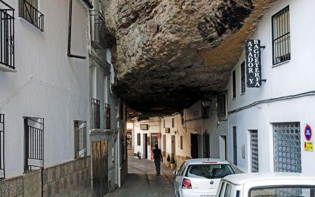 Oraşul de sub stâncă: cum arată orăşelul spaniol săpat în piatră