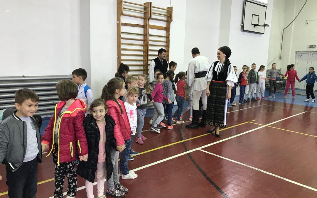 Portul tradiţional românesc promovat în şcolile şi liceele din Alba Iulia