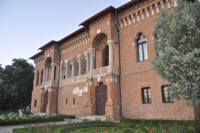 Faţada din spatele Palatului Mogoşoaia