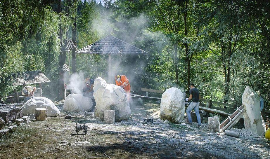 """Tabără de sculptură în piatră pe """"Dâmbul lui Gâf"""", în comuna Horea"""