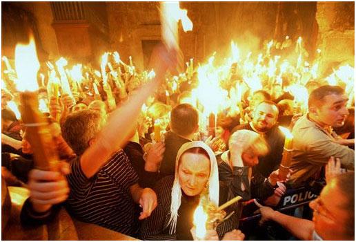 Controversă despre un eveniment care adună mii de pelerini la Ierusalim: un preot armean dezvăluie secretul Focului Sacru din Biserica Sfântului Mormânt