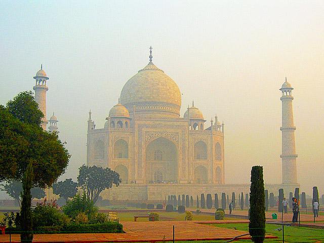 Taj Mahal, în pericol: monumentul din marmură albă capătă nuanţe galbene şi verzi din cauza poluării