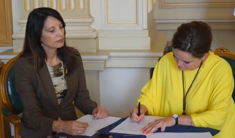 """E.S María Eugenia Echeverría Herrera împreună cu Mireille Rădoi - Director General al Bibliotecii Centrale Universitare """"Carol I"""""""
