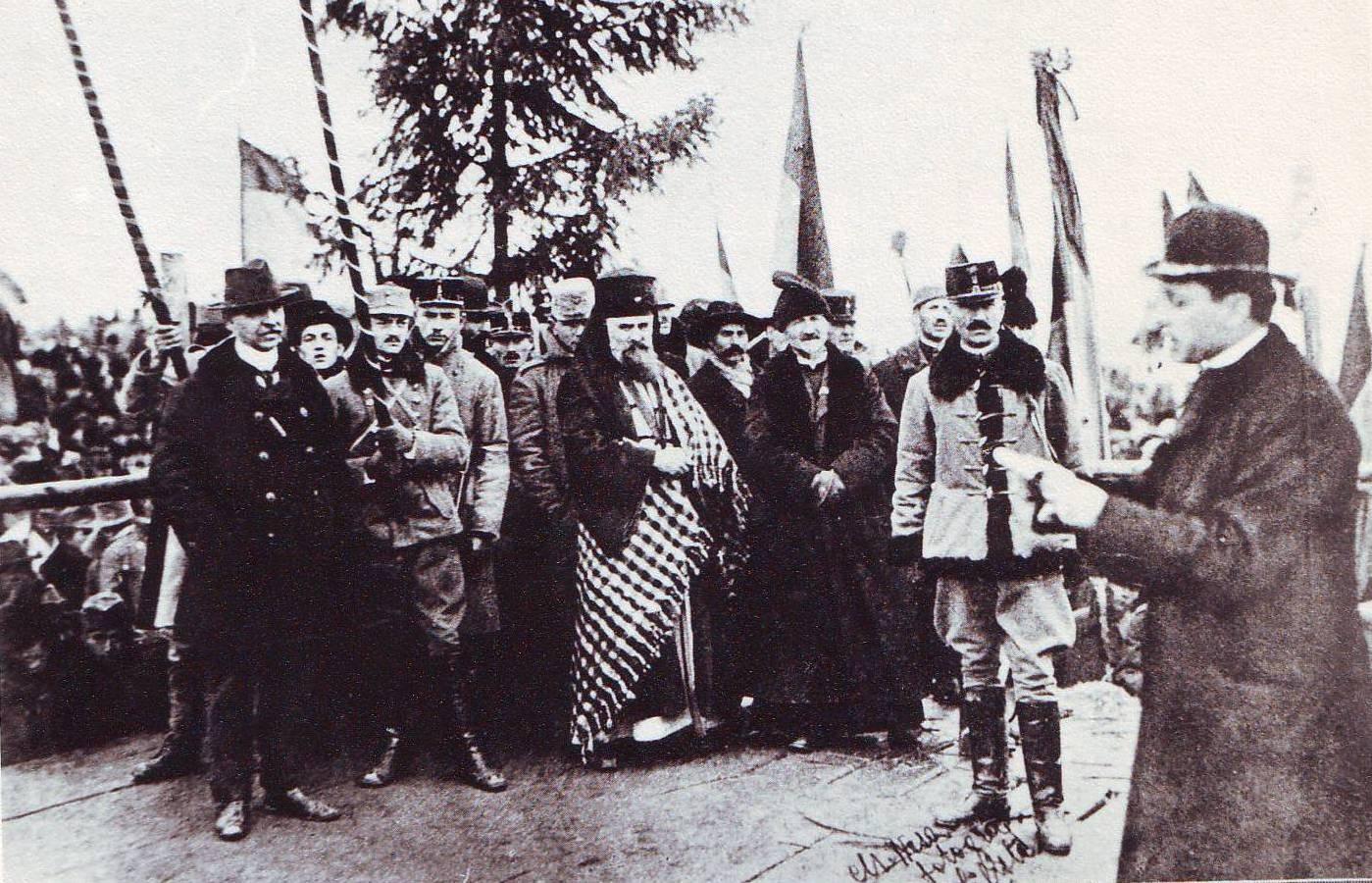 Episcopul Iuliu Hossu citind rezolutiunea Alba Iulia 1918