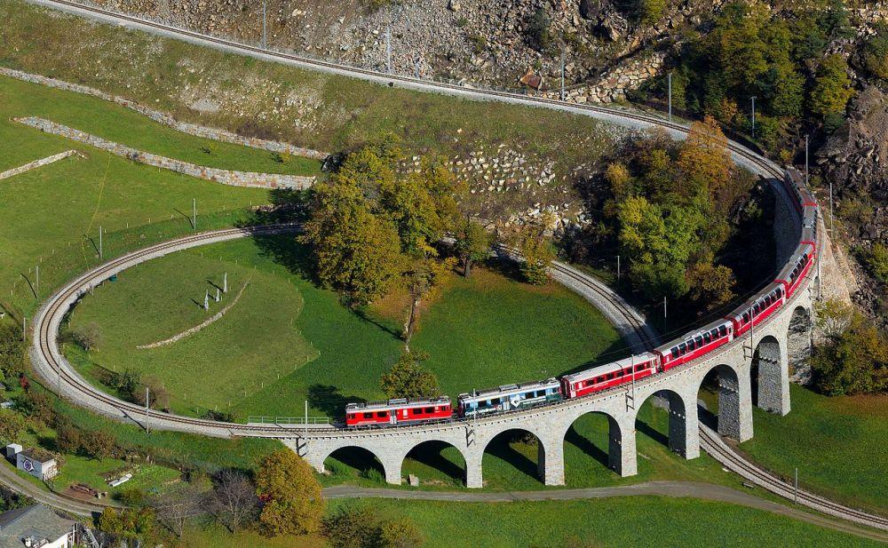 Cum circulă trenul printr-un viaduct feroviar în spirală din Elveţia,  parte din patrimoniul UNESCO