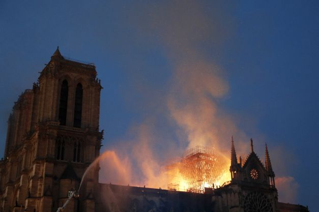 Primele imagini cu Notre-Dame desfigurată de flăcări. Se anunţă o anchetă complicată