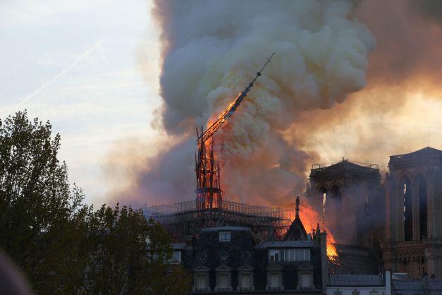 Cum se mobilizează francezii după incendiul de la Notre-Dame din Paris