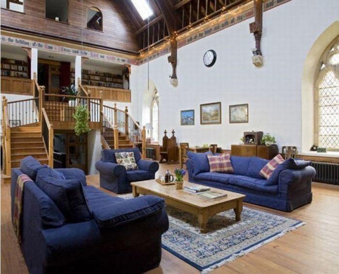Cum arată biserica transformată în casă? În altar noii proprietari au făcut … dormitor
