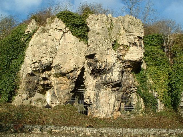 O mică peşteră din Marea Britanie adăposteşte o colecţie impresionantă de simboluri de protecţie ritualice