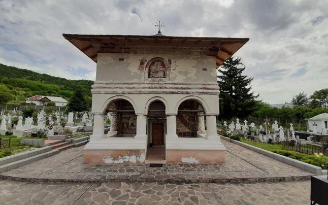 Povestea bisericii din Topoloveni, care adăposteşte două evanghelii vechi de 300 de ani