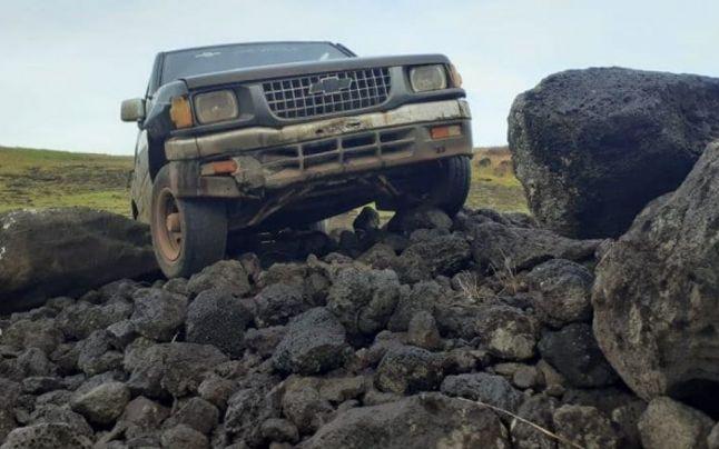 Una dintre statuile de pe Insula Paştelui, distrusă de o camionetă. Pierderea este incalculabilă