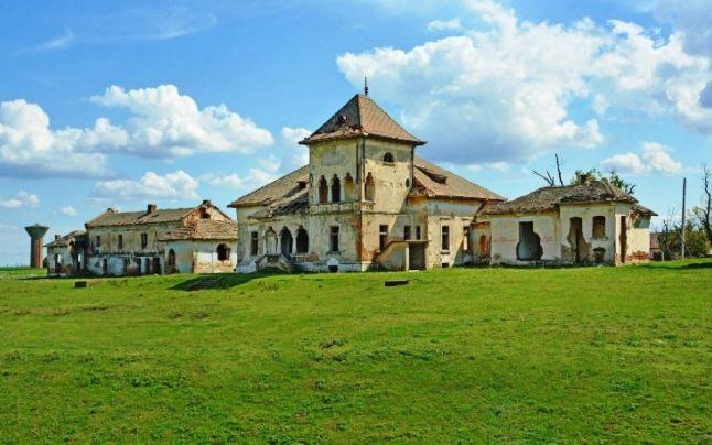 Două conace româneşti, vechi de peste 100 de ani, scoase la vânzare la preţuri de apartamente de 3 camere