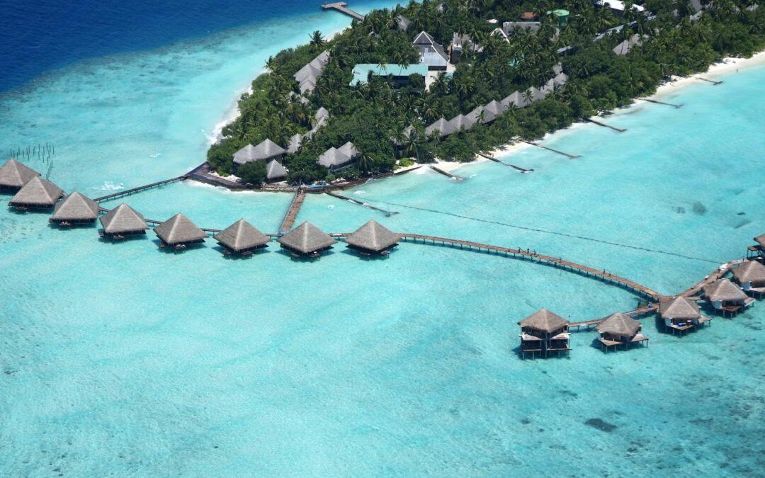 Insulele Maldive se redeschid. Mai întâi pentru bogaţii lumii, apoi şi pentru turişti