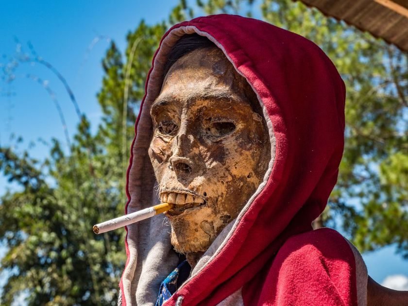 Există un loc pe pământ unde cei vii trăiesc alături de cadavre, un ritual straniu, practicat şi astăzi