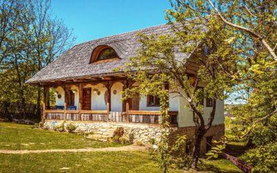 Două case tradiționale, restaurate, scoase la vânzare