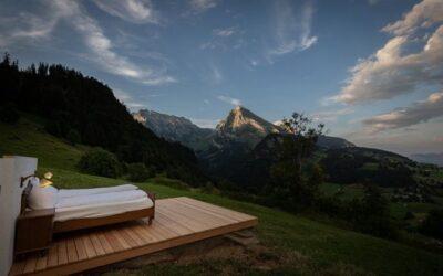 Cazare în vreme de coronavirus: hotel în munţi, fără tavan şi pereţi. Din pat se pot vedea cerul şi peisajele montane