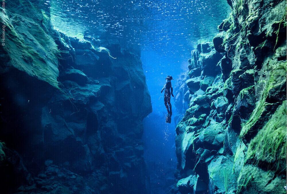 Fisura Silfra – singurul loc din lume unde poți atinge simultan două plăci tectonice