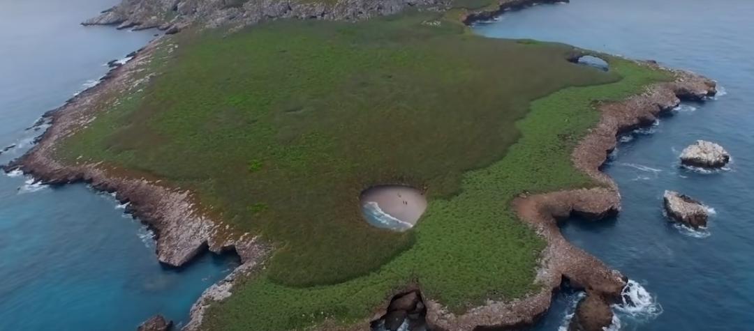 """Un loc cu adevărat uimitor, văzut de sus – plaja """"ascunsă"""" într-un crater de pe o insula"""