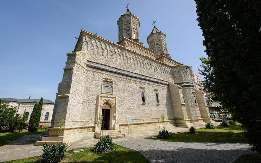 """Cum şi de ce s-a zidit Biserica """"Trei Ierarhi"""" – cea mai frumoasă biserică din Moldova"""