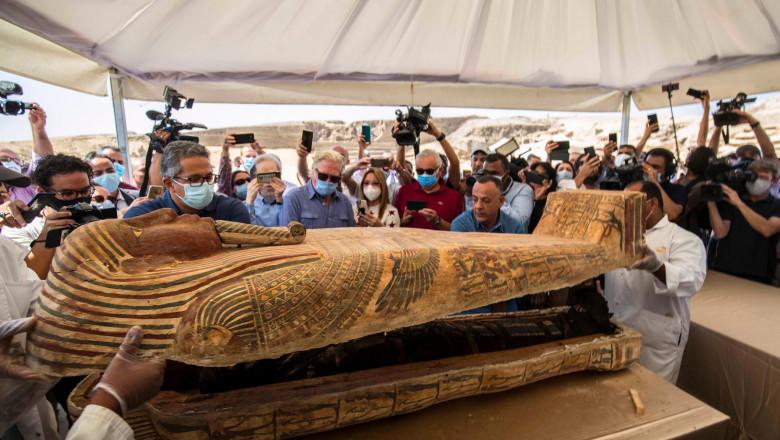 Egiptul anunță descoperirea a aproape 60 de sarcofage intacte. Unul dintre ele a fost deschis în prezența presei