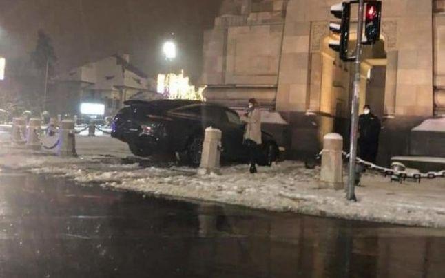 Accident în Bucureşti. A intrat cu bolidul de lux în Arcul de Triumf