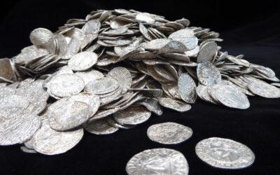 Monedele, emise acum aproximativ 500 de ani, descoperite de un pasionat de arheologie din Zalău!