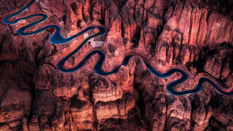 Imagini amețitoare surprinse de sus cu un drum turistic din China