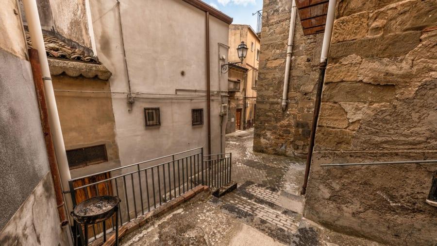 Încă un oraș din Italia scoate la vânzare case în valoare de un euro