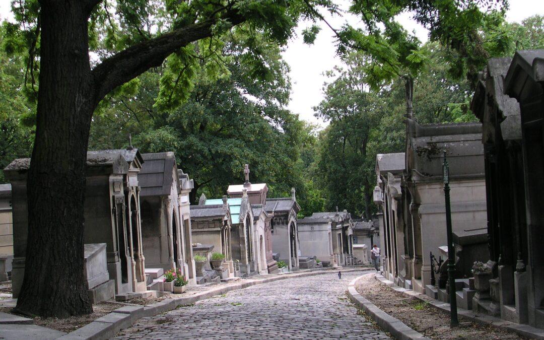 """Pere-Lachaise, cimitirul  refuzat de parizieni și plin de """"ritualuri"""" ciudate la unele morminte"""