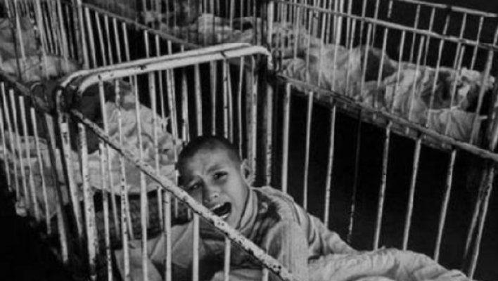Ce practică barbară a cauzat epidemii de HIV la bebeluşi în România comunistă