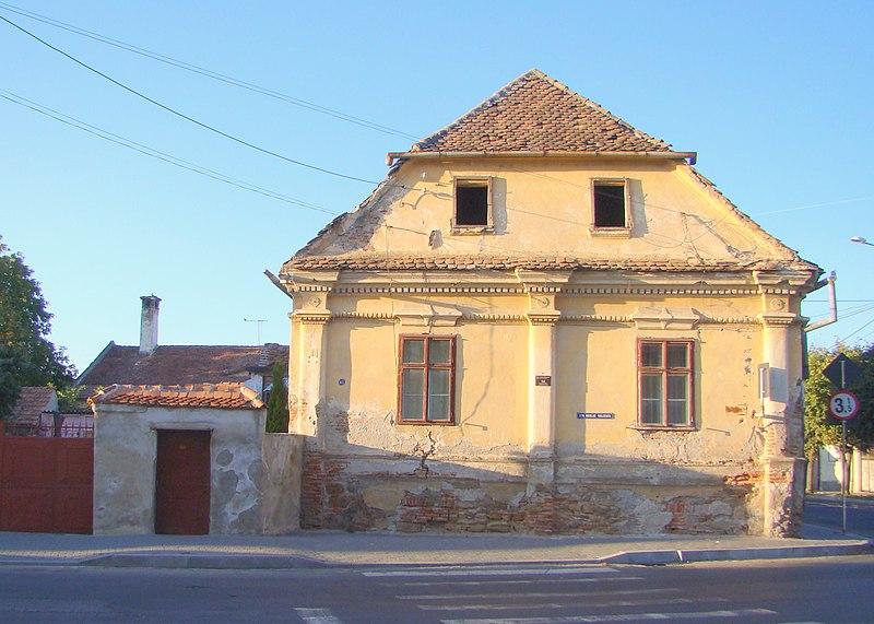 Efectele majorării de 5 ori a impozitului pe clădirile degradate: locuitorii din Făgăraş au început să îşi repare casele